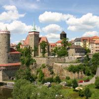 Sommerlicher Blick von der Friedensbrücke auf Bautzens Altstadt